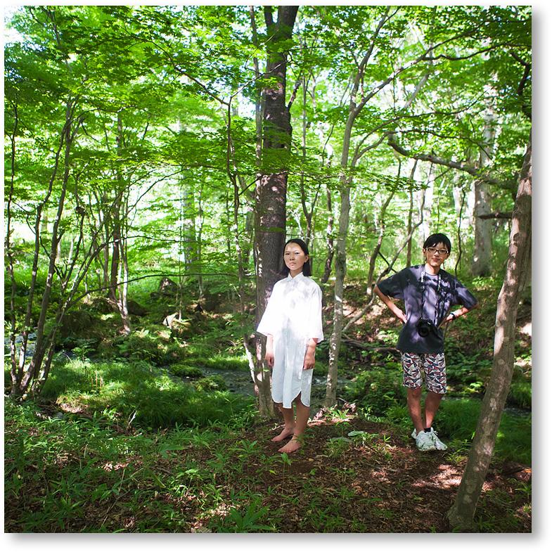 森と清流のそばで子供を撮る