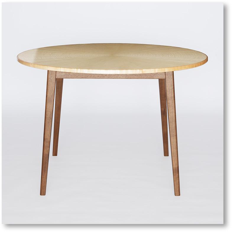 正面から見たラウンドテーブル