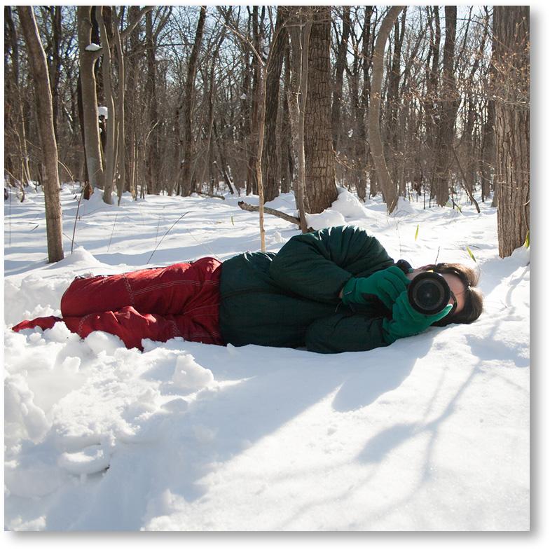 雪に寝転がって撮影