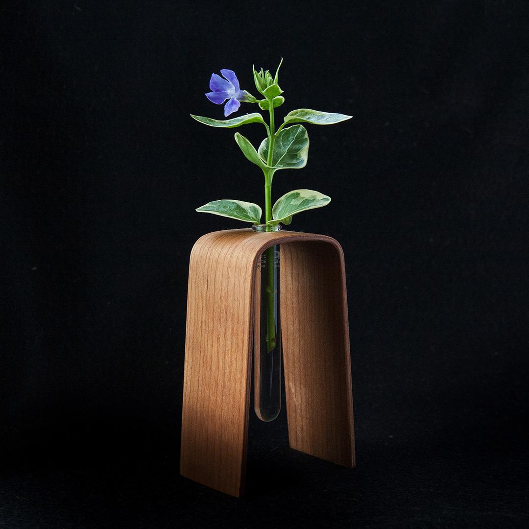 小さな木の花瓶