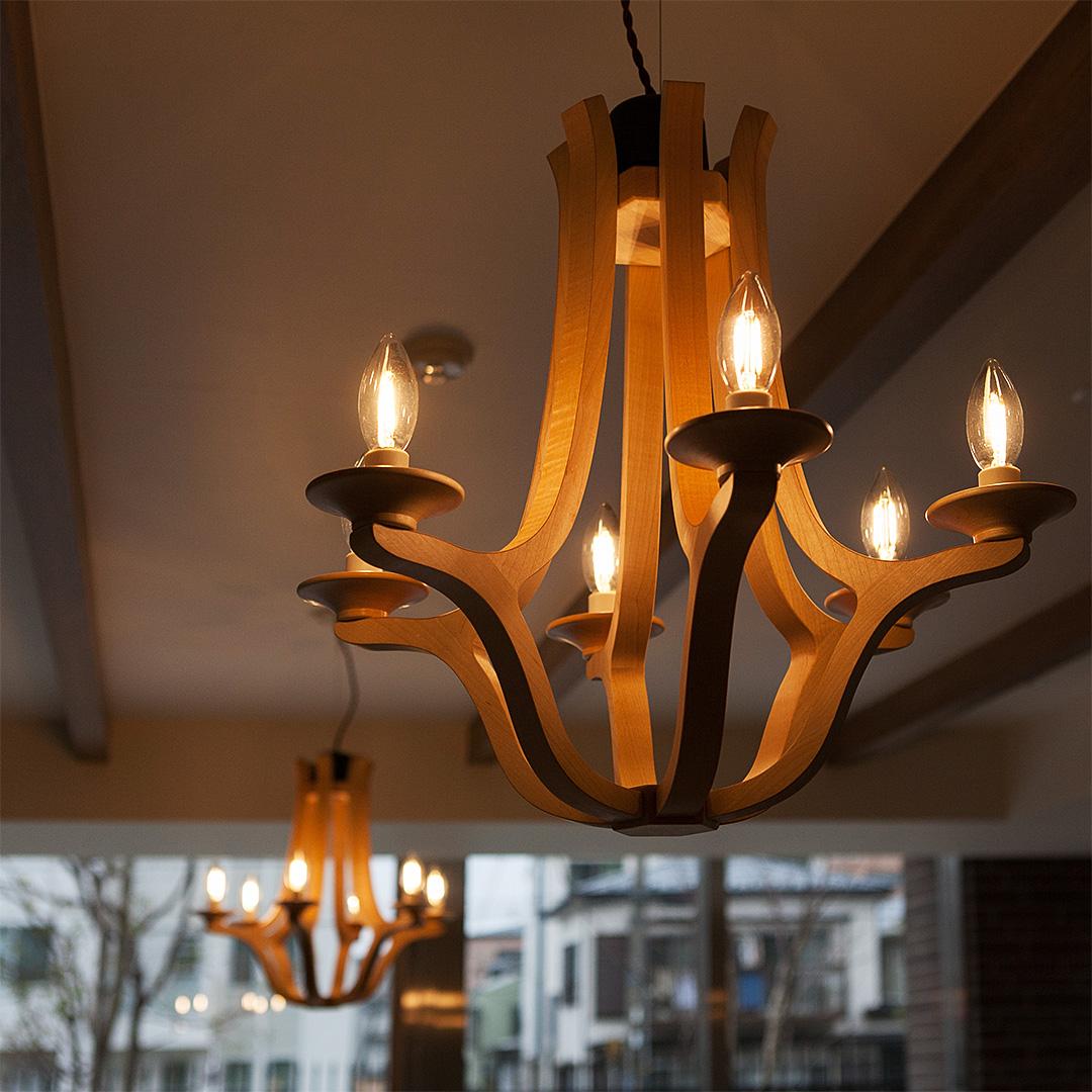 マンションの共有スペースで輝く木のシャンデリア
