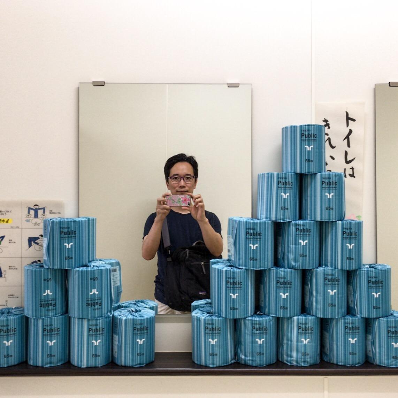 トイレットペーパが山のように積まれている洗面所