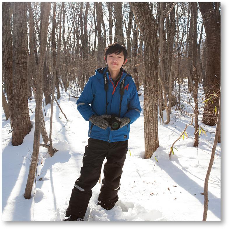 雪の中で息子を撮影