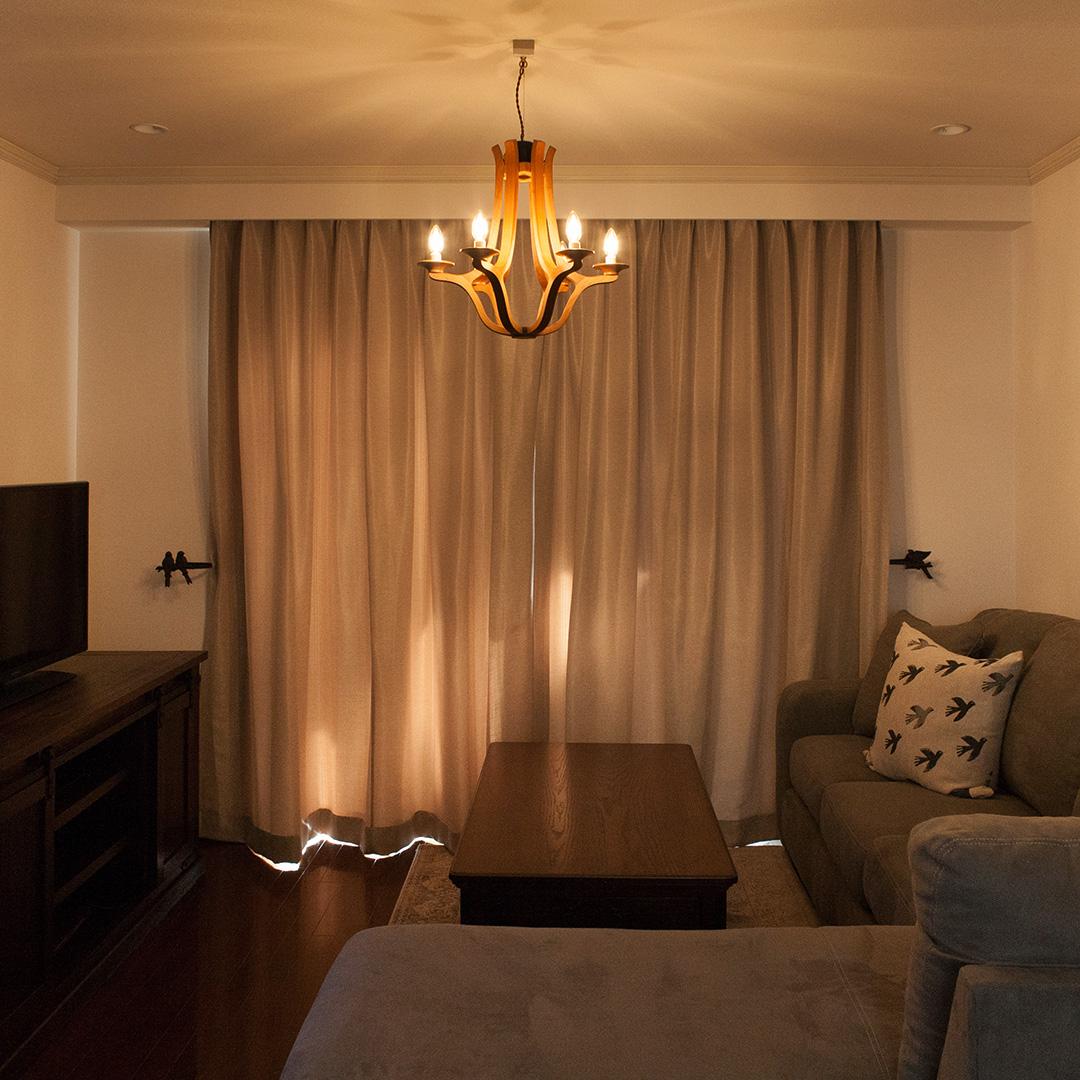 木のシャンデリアが輝く部屋