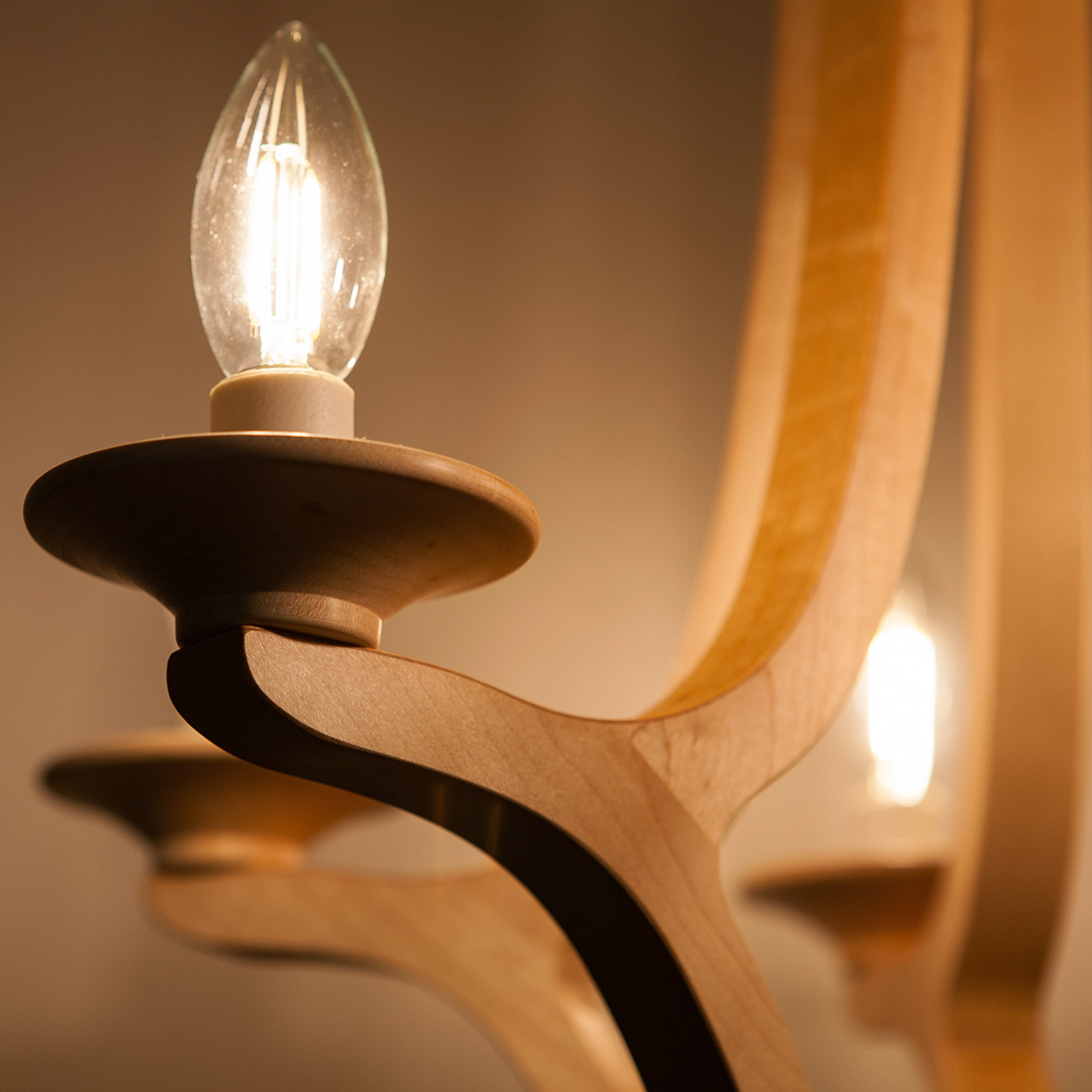 木のシャンデリアのLED電球