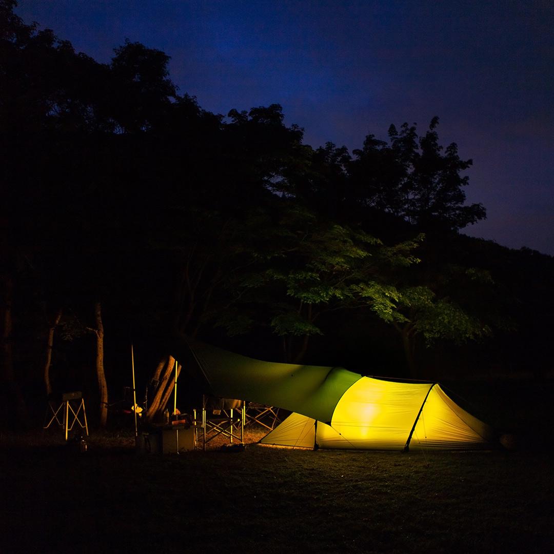ヒルバーグのテントを夜に撮影
