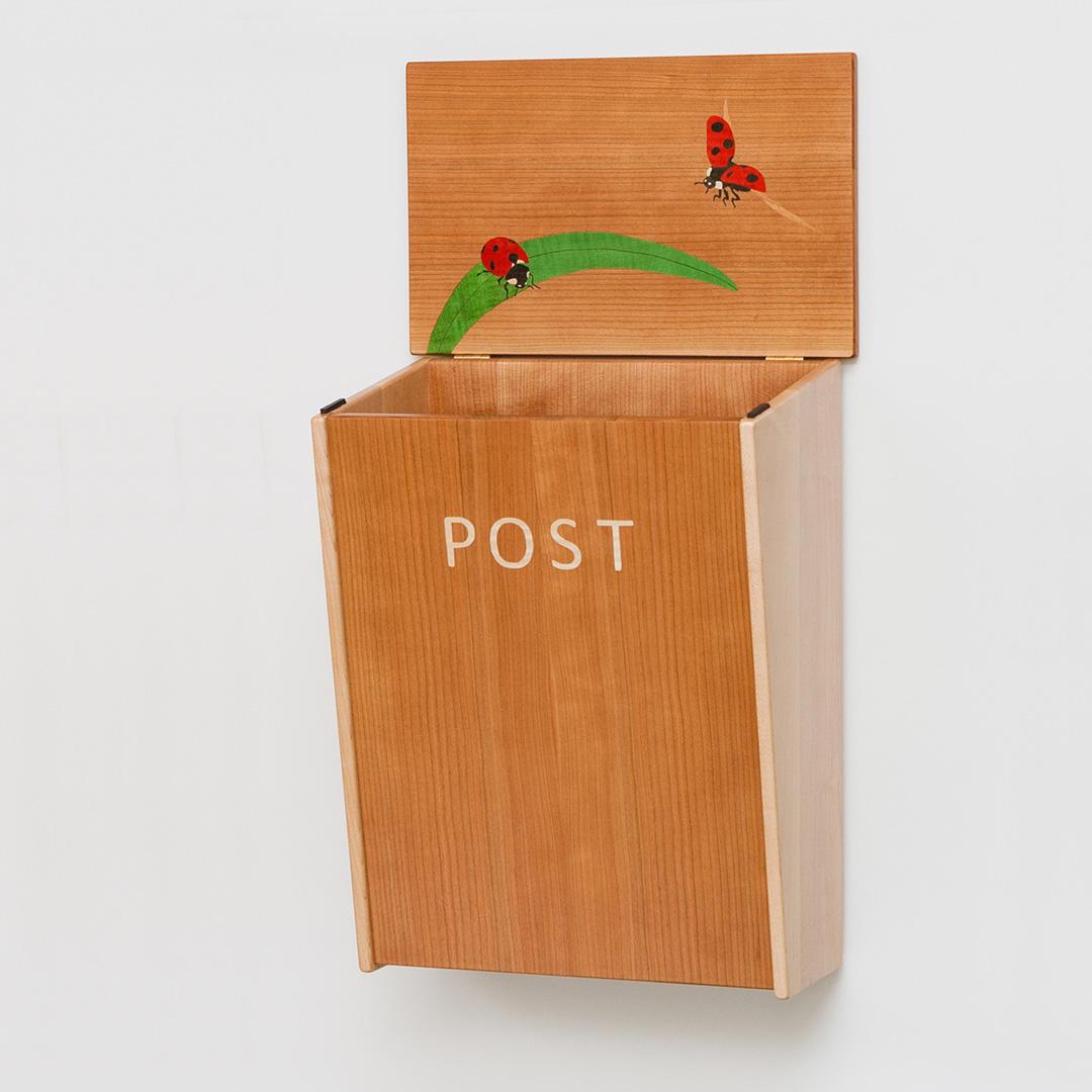 木の郵便ポスト