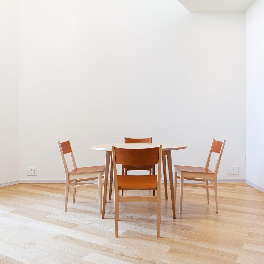 丸テーブルと4脚の椅子