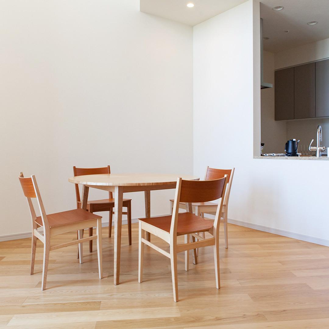 ラウンドテーブルと4つの椅子