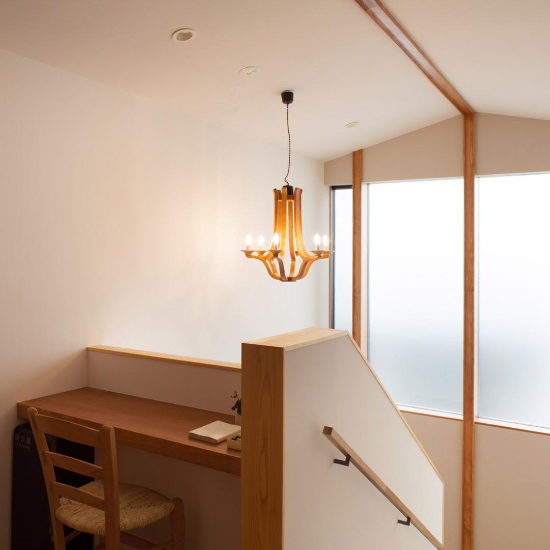 客室へ続く階段で輝く木の照明