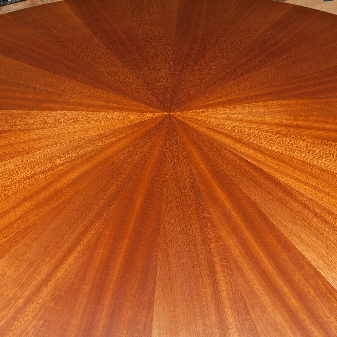 放射状の模様が美しいラウンドテーブル
