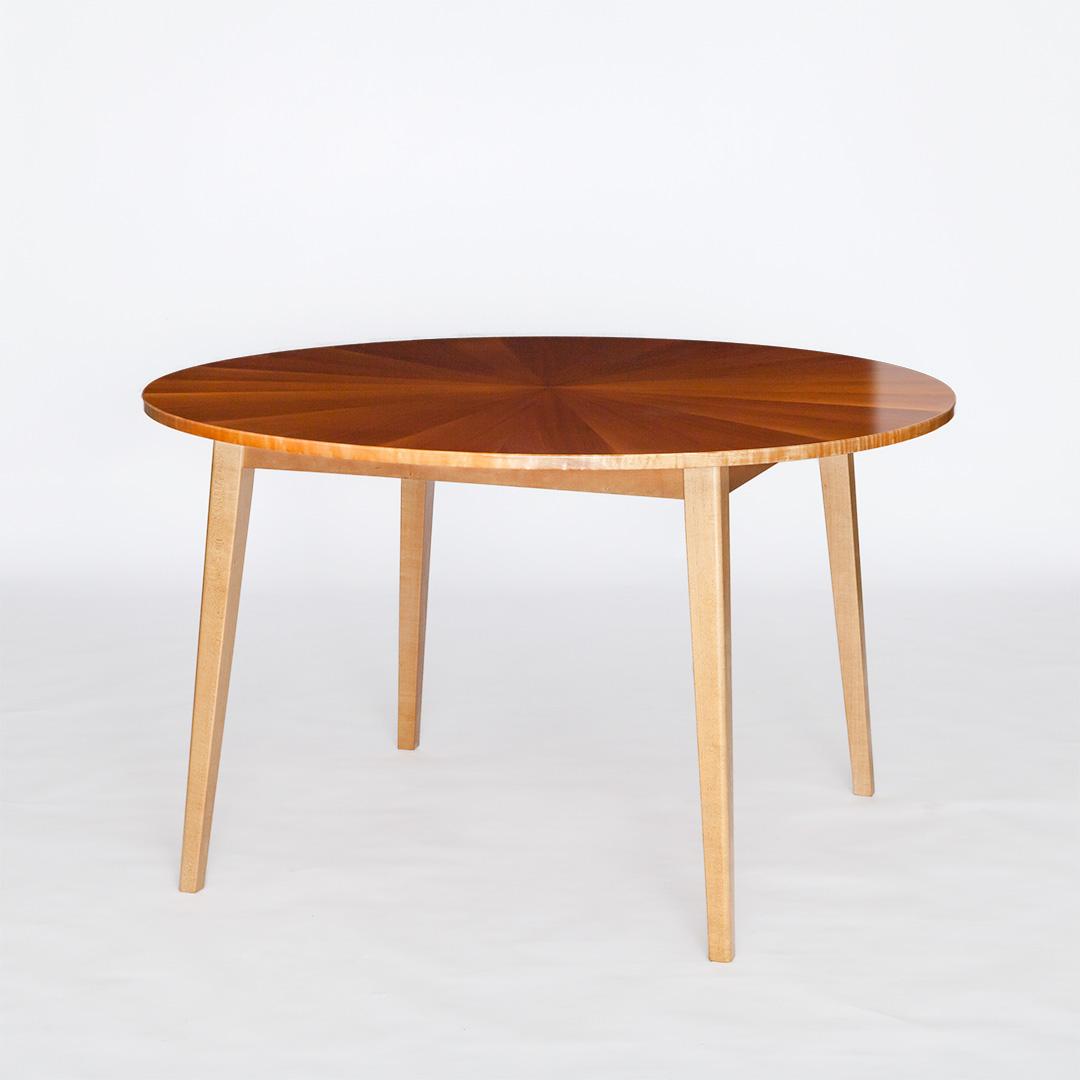 マホガニー材の丸いテーブル