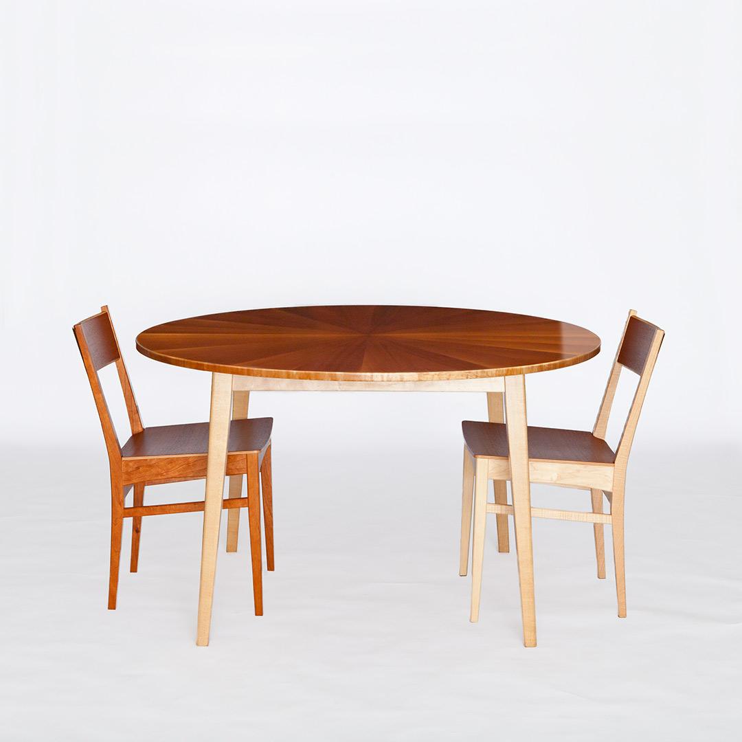 マホガニーの丸テーブルと桜の椅子