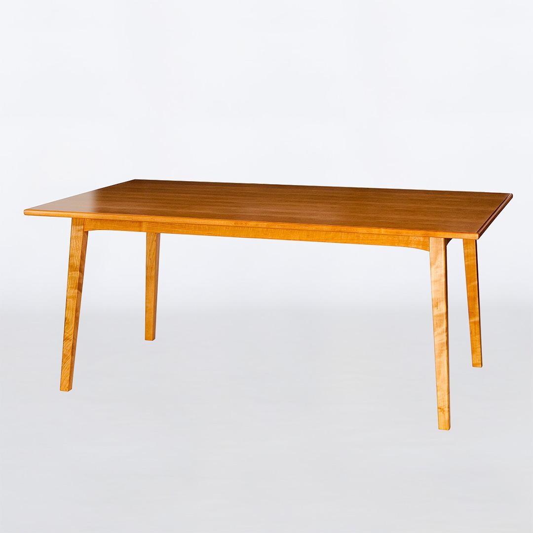 木のダイニングテーブル
