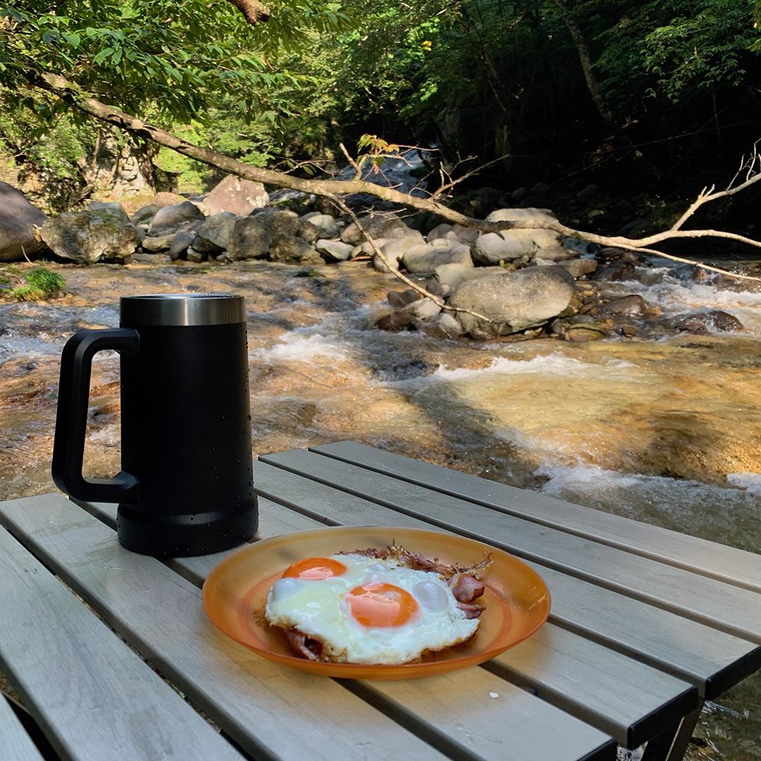 川辺で朝食